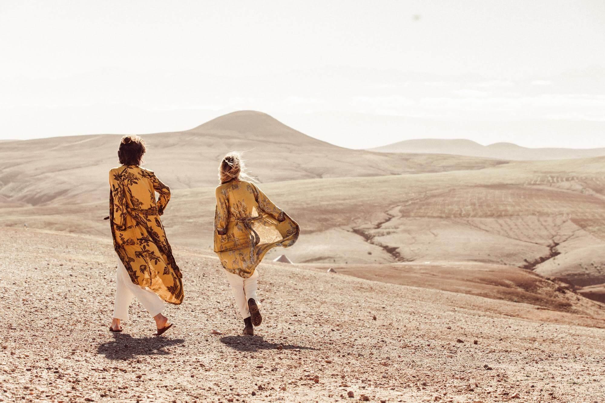 couple wearing brahmaki kaftans in the desert